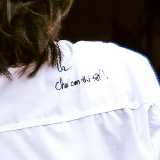 Tặng con gái chiếc áo khi đi thi lớp 10, người mẹ khiến dân tình rụng tim với dòng chữ cưng xỉu - Ảnh 2.