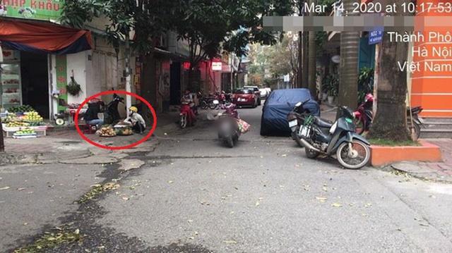 Chị gái trùm kín mít dừng xe giữa đường để mua trái cây - cảnh tượng khiến bao người ngao ngán - Ảnh 3.