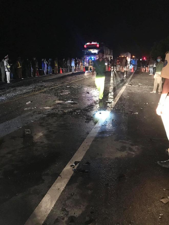 Hiện trường kinh hoàng vụ tai nạn giữa ô tô 16 chỗ và xe tải khiến 8 người tử vong lúc rạng sáng - Ảnh 1.