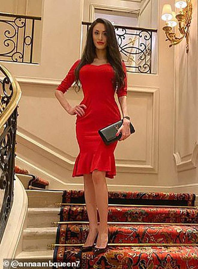 Nữ chuyên gia tình dục học nổi tiếng được phát hiện chết lõa thể trong khách sạn 5 sao, hàng hiệu đắt tiền vẫn bỏ lại bên cạnh - Ảnh 2.