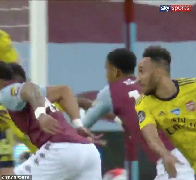 Đỉnh cao mưu kế Premier League: Chọc cười đối thủ rồi bất ngờ lập công, cứu cả đội bóng - Ảnh 2.