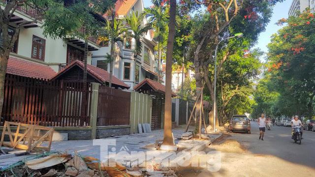 Cận cảnh biệt thự đô thị mẫu Hà Nội đua nhau thay cây xanh, lát vỉa hè sai quy hoạch - Ảnh 1.