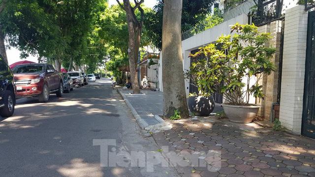 Cận cảnh biệt thự đô thị mẫu Hà Nội đua nhau thay cây xanh, lát vỉa hè sai quy hoạch - Ảnh 10.
