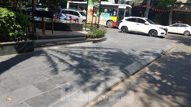 Cận cảnh biệt thự đô thị mẫu Hà Nội đua nhau thay cây xanh, lát vỉa hè sai quy hoạch - Ảnh 14.