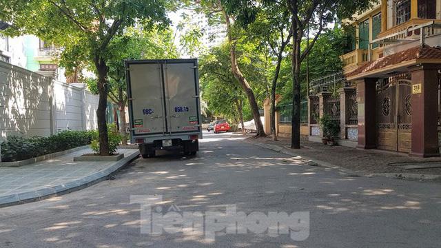 Cận cảnh biệt thự đô thị mẫu Hà Nội đua nhau thay cây xanh, lát vỉa hè sai quy hoạch - Ảnh 19.