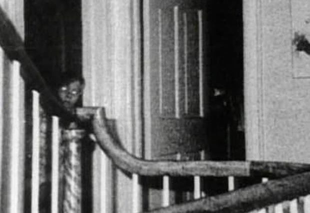 Bức ảnh chụp bé trai bí ẩn tại ngôi nhà từng xảy ra vụ thảm sát gia đình 6 người nổi tiếng nước Mỹ gây ám ảnh và tranh cãi dữ dội - Ảnh 4.