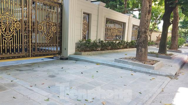 Cận cảnh biệt thự đô thị mẫu Hà Nội đua nhau thay cây xanh, lát vỉa hè sai quy hoạch - Ảnh 20.