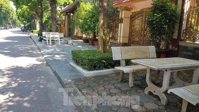 Cận cảnh biệt thự đô thị mẫu Hà Nội đua nhau thay cây xanh, lát vỉa hè sai quy hoạch - Ảnh 21.