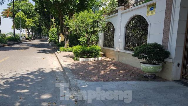 Cận cảnh biệt thự đô thị mẫu Hà Nội đua nhau thay cây xanh, lát vỉa hè sai quy hoạch - Ảnh 22.