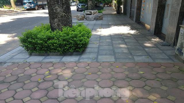Cận cảnh biệt thự đô thị mẫu Hà Nội đua nhau thay cây xanh, lát vỉa hè sai quy hoạch - Ảnh 25.