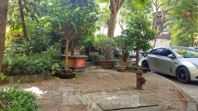 Cận cảnh biệt thự đô thị mẫu Hà Nội đua nhau thay cây xanh, lát vỉa hè sai quy hoạch - Ảnh 26.