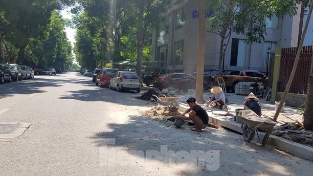 Cận cảnh biệt thự đô thị mẫu Hà Nội đua nhau thay cây xanh, lát vỉa hè sai quy hoạch - Ảnh 5.