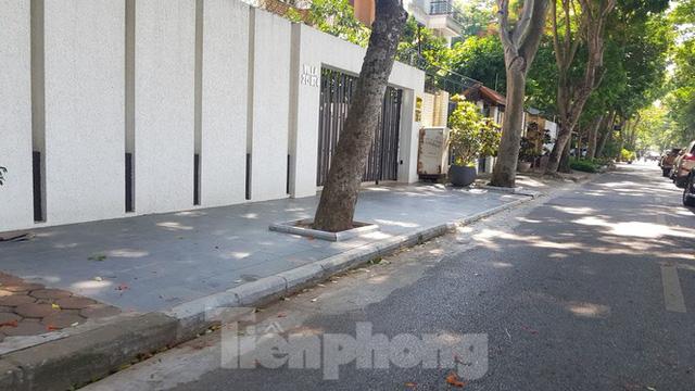 Cận cảnh biệt thự đô thị mẫu Hà Nội đua nhau thay cây xanh, lát vỉa hè sai quy hoạch - Ảnh 9.