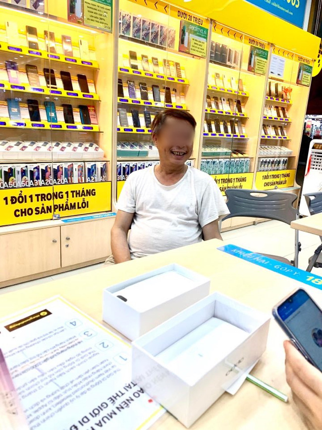 Xúc động với hình ảnh chú phụ hồ già loay hoay chụp ảnh cho vợ trong siêu thị điện máy, lương 6 triệu dành hẳn 3 triệu mua điện thoại cho bà xã - Ảnh 1.