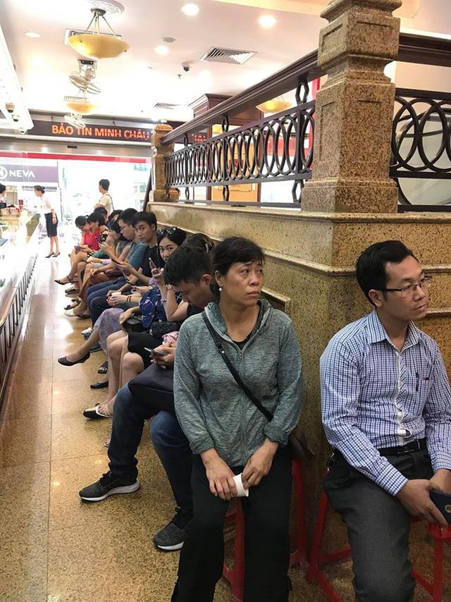 Giá vàng tăng điên loạn: Người xếp hàng chờ bán, kẻ vác bao tải tiền đi mua - Ảnh 2.