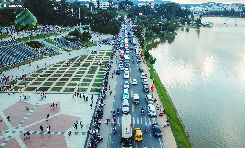 [Ảnh] Kẹt xe, ùn tắc khắp nơi ở Đà Lạt dịp cuối tuần - Ảnh 6.