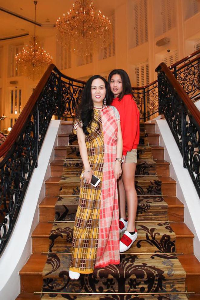 Chân dung cô con gái 17 tuổi phổng phao, sành điệu của Phượng Chanel - Ảnh 2.
