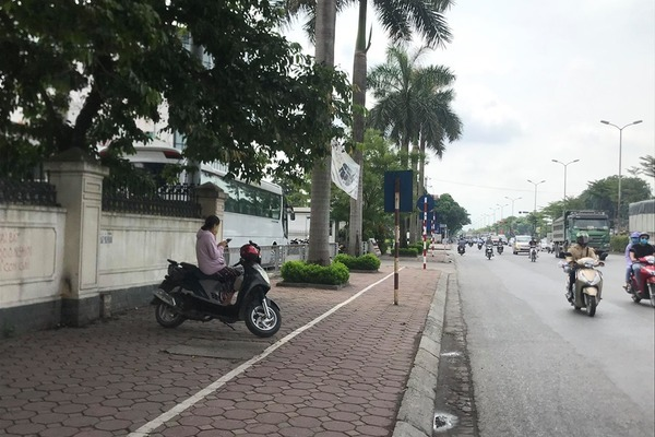 Hà Nội: Truy tìm 2 tên cướp kéo ngã xe, giật điện thoại người đi đường - Ảnh 1.