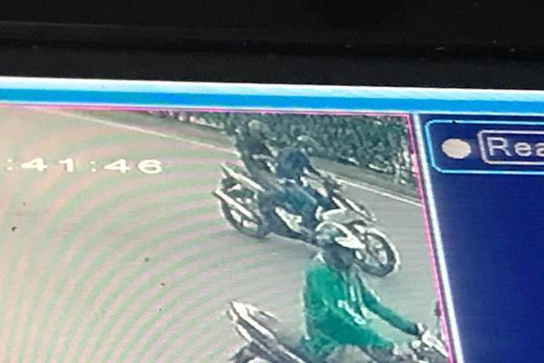 Hà Nội: Truy tìm 2 tên cướp kéo ngã xe, giật điện thoại người đi đường - Ảnh 2.
