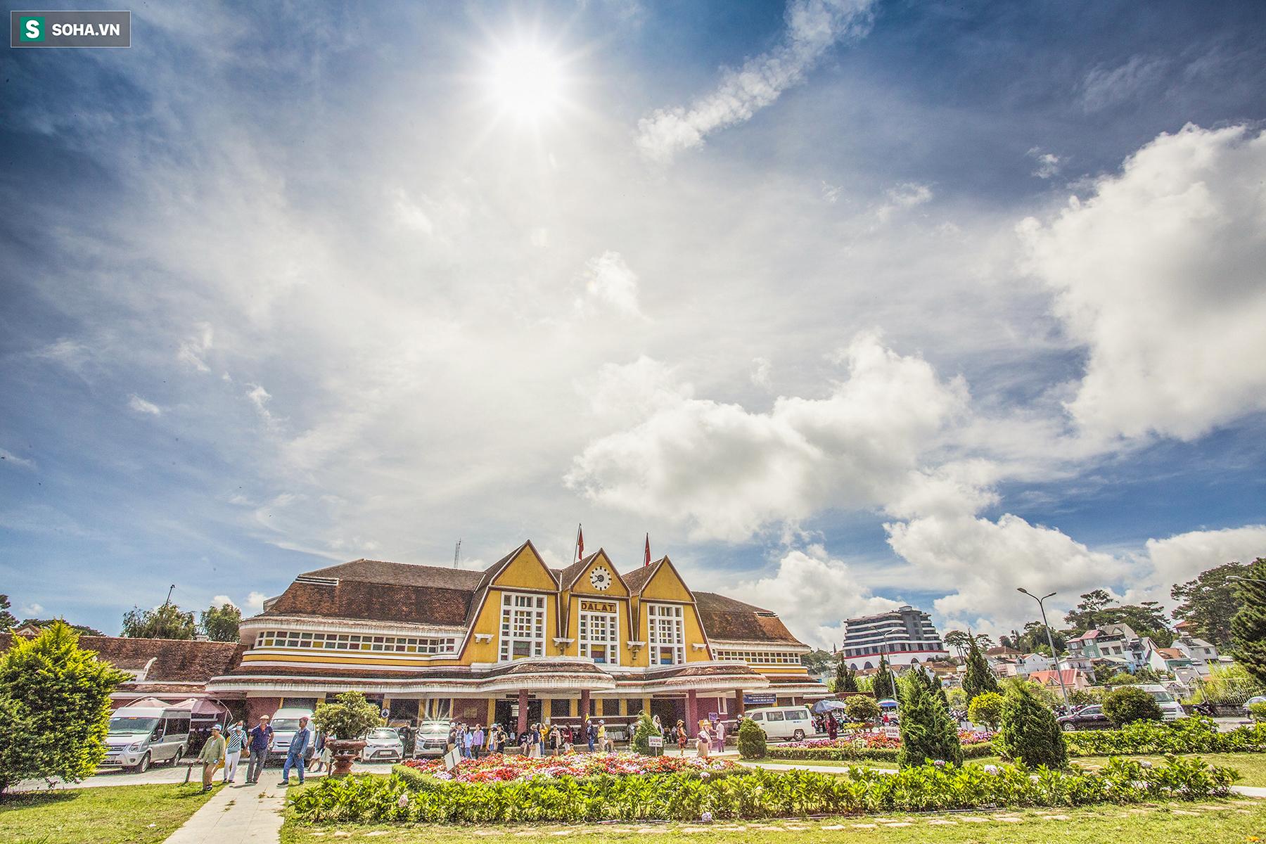 Vẻ đẹp cổ kính của ga tàu hoả gần 100 tuổi ở Đà Lạt nhìn từ trên cao - Ảnh 1.