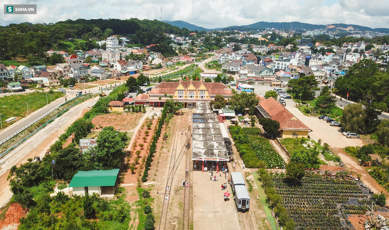 Vẻ đẹp cổ kính của ga tàu hoả gần 100 tuổi ở Đà Lạt nhìn từ trên cao - Ảnh 4.