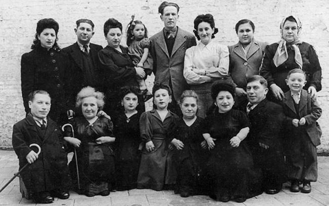 7 chị em người lùn nổi tiếng và số phận đau đớn khi rơi vào tay gã bác sĩ chết chóc đến mất mạng nhưng cuối cùng vẫn biết ơn hắn - Ảnh 1.