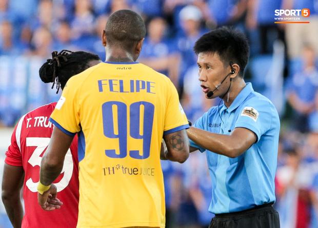 Khoảnh khắc trọng tài Việt Nam đang vui thì đứt dây đàn và cái kết dành cho cầu thủ cáu bẳn - Ảnh 1.