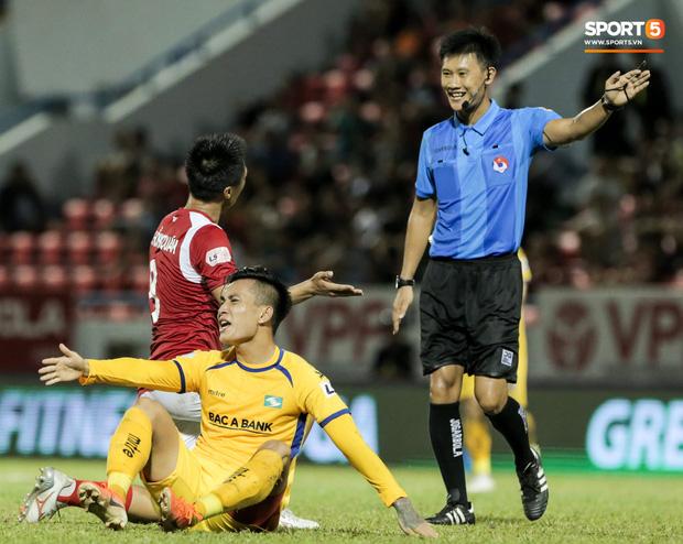 Khoảnh khắc trọng tài Việt Nam đang vui thì đứt dây đàn và cái kết dành cho cầu thủ cáu bẳn - Ảnh 2.