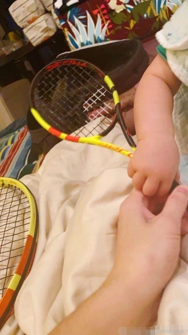 Thiếu gia EQ thấp nhất gia tộc Vua sòng bài Macau gây hoang mang khi thực hiện di nguyện của bố bằng cách dạy con trai 9 tháng tuổi chơi tennis - Ảnh 1.