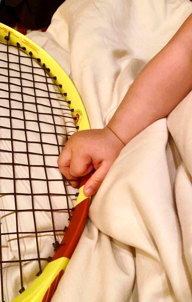 Thiếu gia EQ thấp nhất gia tộc Vua sòng bài Macau gây hoang mang khi thực hiện di nguyện của bố bằng cách dạy con trai 9 tháng tuổi chơi tennis - Ảnh 2.