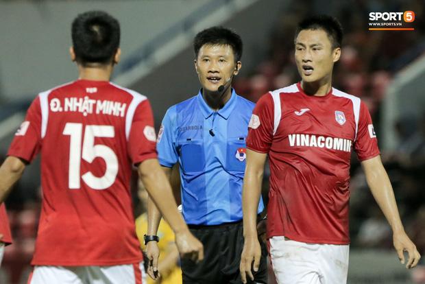 Khoảnh khắc trọng tài Việt Nam đang vui thì đứt dây đàn và cái kết dành cho cầu thủ cáu bẳn - Ảnh 3.