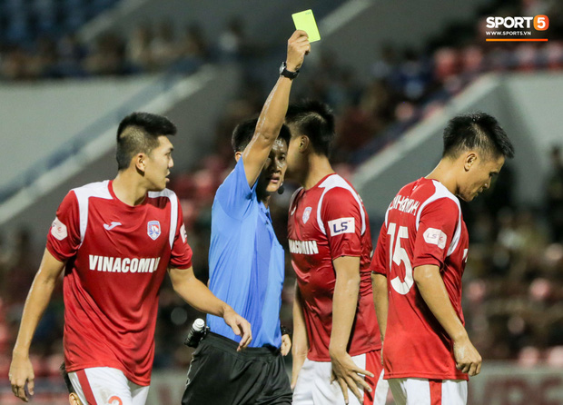 Khoảnh khắc trọng tài Việt Nam đang vui thì đứt dây đàn và cái kết dành cho cầu thủ cáu bẳn - Ảnh 4.