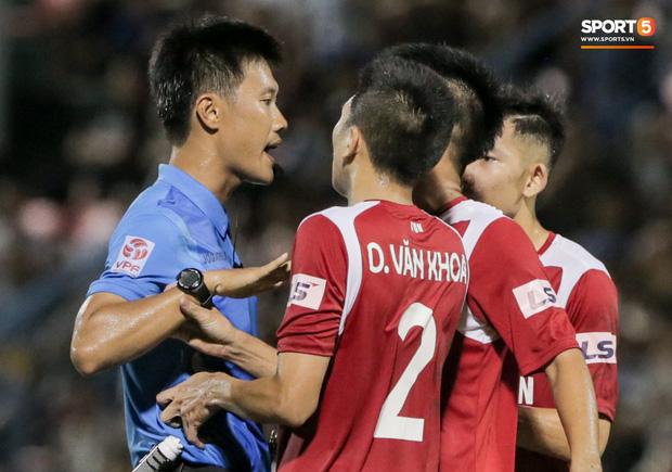 Khoảnh khắc trọng tài Việt Nam đang vui thì đứt dây đàn và cái kết dành cho cầu thủ cáu bẳn - Ảnh 5.