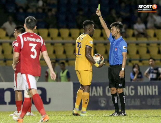Khoảnh khắc trọng tài Việt Nam đang vui thì đứt dây đàn và cái kết dành cho cầu thủ cáu bẳn - Ảnh 7.