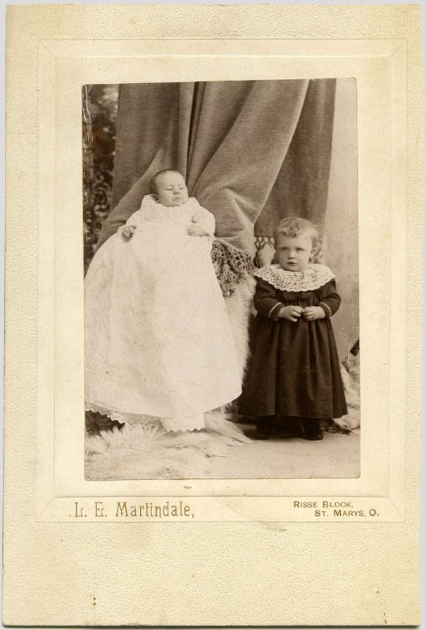 Các bà mẹ luôn cố gắng trốn đằng sau tấm khăn hoặc ghế để không xuất hiện trong bức ảnh và hành động này khi lên hình lại trông cực kỳ sợ.