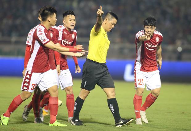 Khoảnh khắc trọng tài Việt Nam đang vui thì đứt dây đàn và cái kết dành cho cầu thủ cáu bẳn - Ảnh 9.