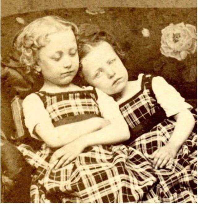 Một trào lưu khác cũng nổi tiếng không kém là chụp ảnh những đứa trẻ đã chết.