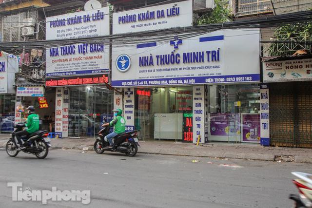 Phố thuốc lớn nhất Hà Nội thưa vắng trước lệnh đeo khẩu trang nơi công cộng - Ảnh 2.