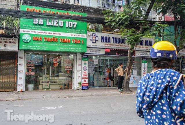 Phố thuốc lớn nhất Hà Nội thưa vắng trước lệnh đeo khẩu trang nơi công cộng - Ảnh 3.