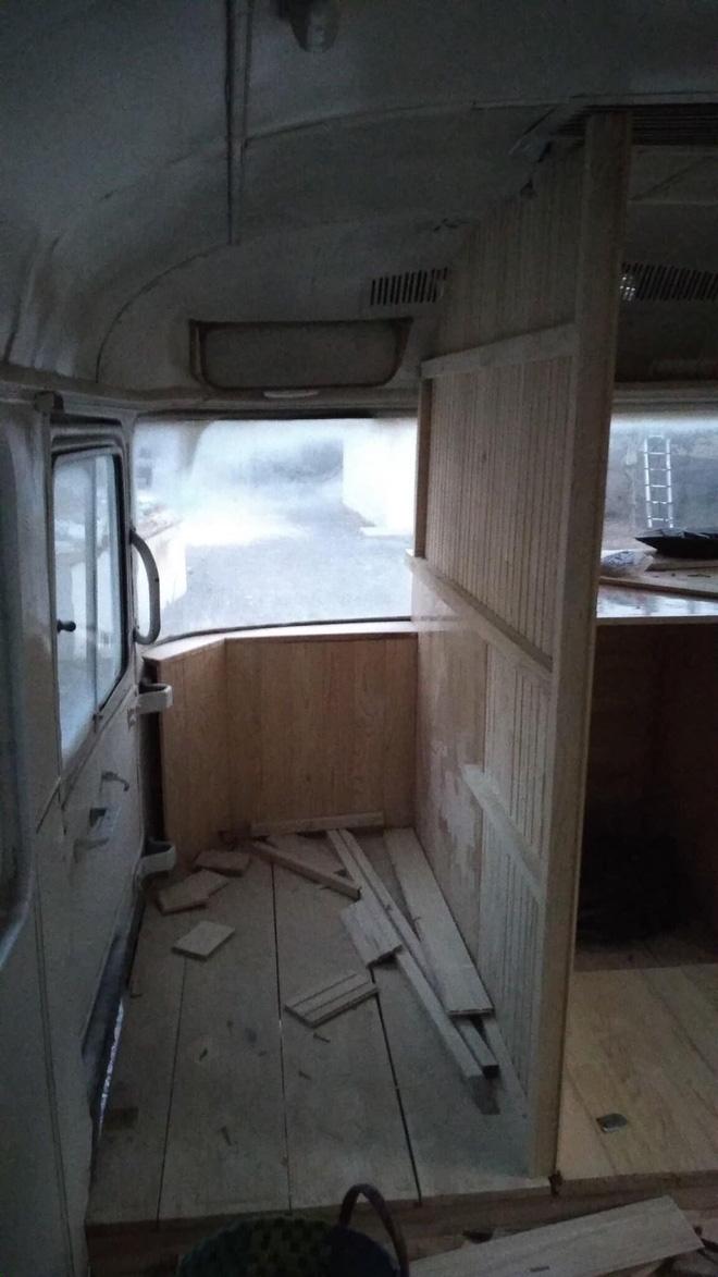 Chàng trai trẻ chi 300 triệu đồng biến xe bus đồng nát thành căn hộ đầy sang chảnh - Ảnh 3.