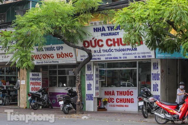 Phố thuốc lớn nhất Hà Nội thưa vắng trước lệnh đeo khẩu trang nơi công cộng - Ảnh 4.