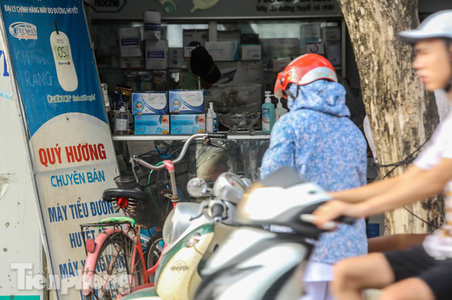 Phố thuốc lớn nhất Hà Nội thưa vắng trước lệnh đeo khẩu trang nơi công cộng - Ảnh 6.