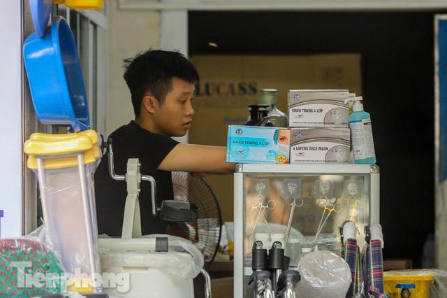 Phố thuốc lớn nhất Hà Nội thưa vắng trước lệnh đeo khẩu trang nơi công cộng - Ảnh 8.
