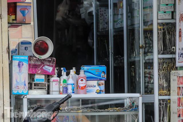 Phố thuốc lớn nhất Hà Nội thưa vắng trước lệnh đeo khẩu trang nơi công cộng - Ảnh 10.
