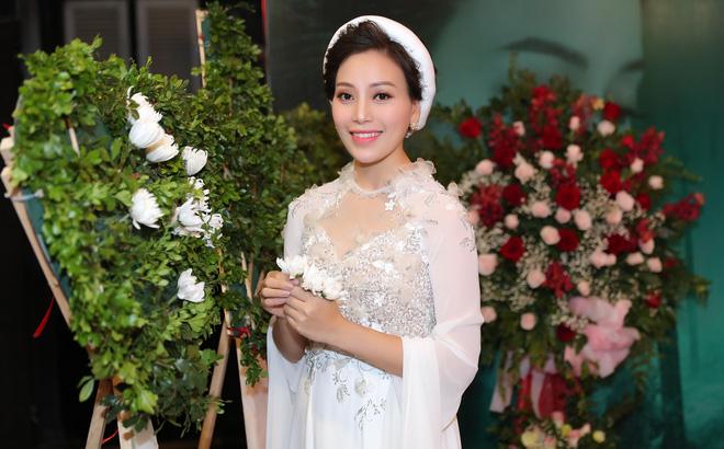 Huyền Trang Sao Mai về viếng nghĩ trang Đồng Lộc ngay sau khi phát hành MV - Ảnh 1.