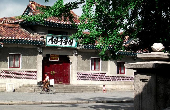 Ảnh bên trong thành phố đầu tiên của Triều Tiên bị phong tỏa vì Covid-19 - Ảnh 2.