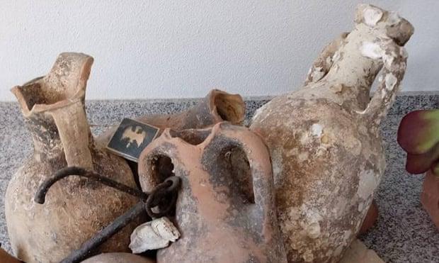Đi câu cá, phát hiện lô cổ vật La Mã gần 2.000 năm tuổi - Ảnh 1.