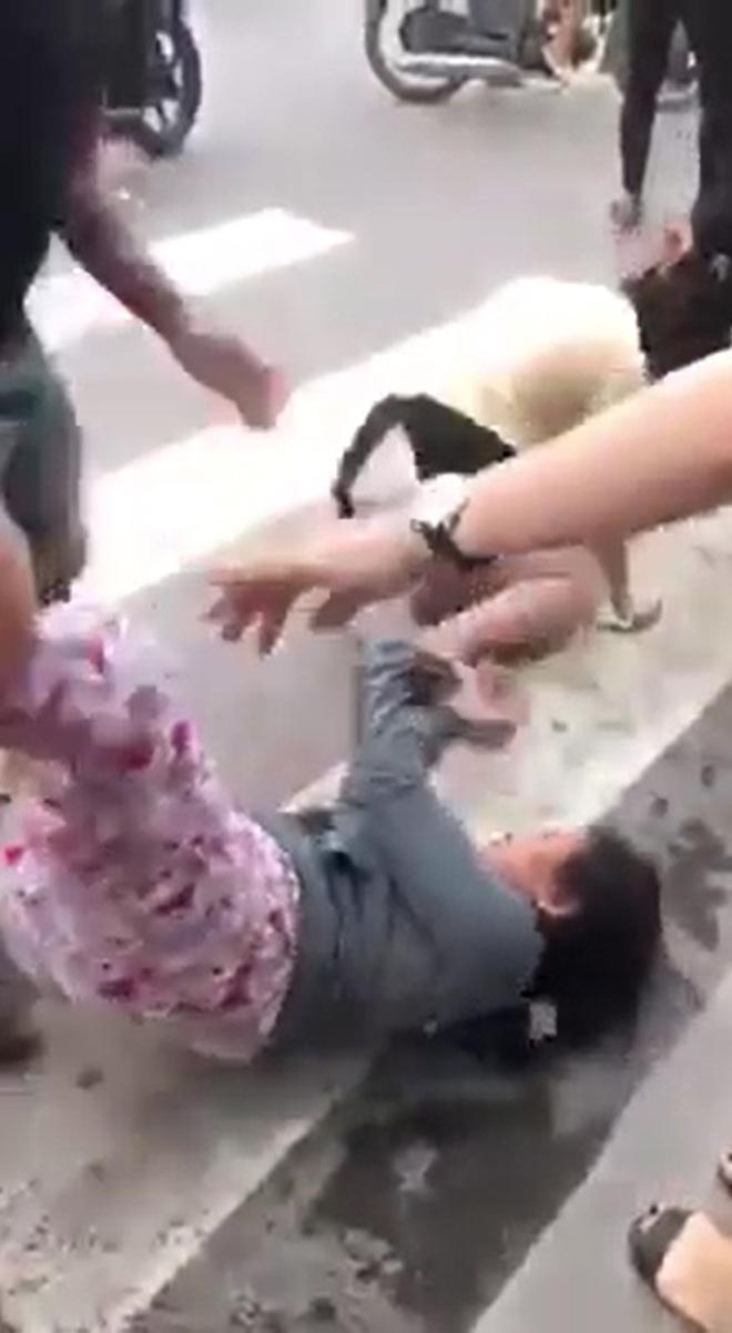 Con gái bị nhóm người đánh ghen dã man ngay tại nơi làm việc, mẹ lao vào bảo vệ cũng bị hành hung khiến nhiều người xôn xao - Ảnh 5.