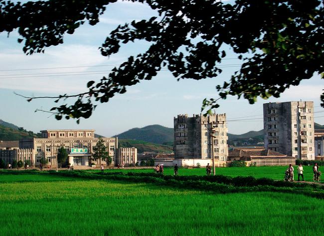 Ảnh bên trong thành phố đầu tiên của Triều Tiên bị phong tỏa vì Covid-19 - Ảnh 7.