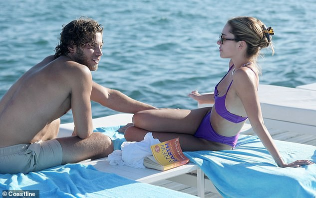 Con gái nữ diễn viên Lisa Rinna nổi bật với bikini tím, hôn đắm đuối bạn trai tại Cannes - Ảnh 1.